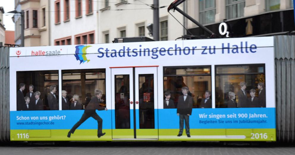 Straßenbahn mit neuem Logo